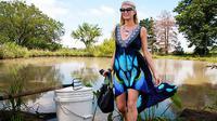 Paris Hilton hobi berburu kodok. (foto: The Sun)