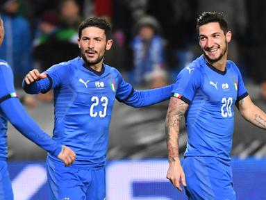 Striker Italia, Matteo Politano berselebrasi bersama rekanya usai mencetak gol ke gawang Amerika Serikat (AS) pada pertandingan persahabatan di Cristal Arena di Genk, Belgia (20/11). Italia menang tipis atas AS 1-0. (AP Photo/Geert Vanden Wijngaert)