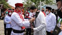 Gubernur DKI Anies Baswedan disemati peci merah dan cukin Betawi. (Foto: Istimewa).