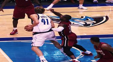 Berita video aksi-aksi dari Dirk Nowitzki yang terkenal dengan fade away jumpshot khas miliknya.