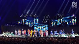 Penari menampilkan tarian penyambutan penetapan kota Hangzhou Sebagai Tuan Rumah Asian Games 2022 pada malam penutupan Asian Games 2018 di Stadion GBK Jakarta, Minggu (9/2). (Liputan6.com/Helmi Fithriansyah)