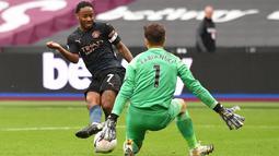 Gelandang Manchester City, Raheem Sterling, berusaha mencetak gol ke gawang West Ham United pada laga lanjutan Liga Inggris di London Stadium, Sabtu (24/10/2020) malam WIB. Manchester City imbang 1-1 lawan West Ham. (AFP/Justin Tallis/pool)