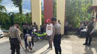 Personil Polda Sulbar melakukan pemeriksaan terhadap seluruh tamu yang ingin masuk ke Mako Polda Sulbar (Foto: Liputan6.com/Abdul Rajab Umar)