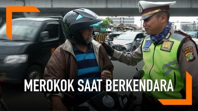 Petugas Satwil Lantas Jakarta Timur menggelar sosialisasi larangan merokok saat berkendara. Denda 750 ribu rupiah akan dikenakan bagi pelanggar jika UU telah berlaku.