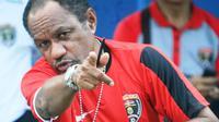 Rully Nere mengajak Eduard Ivakdalam bekerja sama menangani tim Papua di Piala Bung Karno. (Bola.com/Robby Firly)