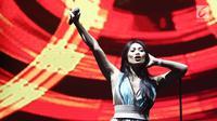 Penyanyi Anggun C Sasmi membawakan lagu Bayang-Bayang Ilusi pada Konser Diaspora Indonesia di Main Hall Kota Kasablanka, Jakarta, Sabtu (1/7). Selain Anggun, konser ini juga menampilkan Maudy Ayunda dan Laya Pesulima. (Liputan6.com/Herman Zakharia)