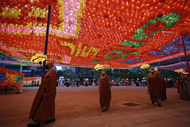 Warna-warni Lampion Hiasi Kuil Jogye Jelang Ulang Tahun Buddha