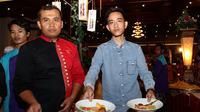 Putra Sulung Presiden Jokowi, Gibran Rakabuming memamerkan salah satu menu andalan di Chili Pari (Fotografer: Reza Kuncoro/Liputan6.com)