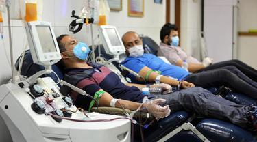 Pasien yang telah sembuh dari COVID-19 mendonorkan plasma di Pusat Transfusi Darah Nasional, Baghdad, Irak, Minggu (28/6/2020). Kementerian Kesehatan Irak pada 29 Juni 2020 mengatakan bahwa kasus COVID-19 di Irak sebanyak 47.151, sementara pasien sembuh mencapai 1.852. (Xinhua/Khalil Dawood)