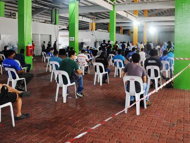 Para pekerja yang siap kembali bekerja mengantre untuk menjalani pengujian COVID-19 di pusat penapisan (screening) regional di Singapura (10/6/2020). (Xinhua/Then Chih Wey)