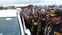 Menkeu Sri Mulyani saat meluncurkan simplifikasi prosedur ekspor mobil utuh (completely build up/CBU) di Pelabuhan Tanjung Priok, Jakarta, Selasa (12/2). Kebijakan itu bertujuan untuk mendorong peningkatan ekspor. (Liputan6.com/Angga Yuniar)