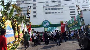 Beberapa peserta tampak memasuki lokasi Muktamar Partai Kebangkitan Bangsa   yang digelar di Surabaya (Liputan6.com/Aditia Saputra)