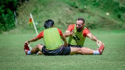 Tak jarang pemain seperti Sergio Silva memberikan arahan kepada pemain yang lebih muda seperti Figo Ramdani, Achmad Galih dan lainnya. (Bola.com/Iwan Setiawan)