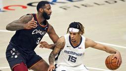 Pebasket Memphis Grizzlies, Brandon Clarke, berebut bola dengan pebasket Cleveland Cavaliers, Andre Drummond, pada laga NBA, Senin (11/1/2021). Grizzlies menang dengan skor 101-91. (AP/Tony Dejak)
