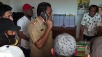 Buruh pelabuhan di Kendari mengamuk di kantor dinas koperasi, menuntut salah satu koperasi di tempat mereka bekerja membayarkan SHU sesuai aturan.(Liputan6.com/Ahmad Akbar Fua)