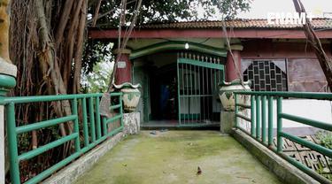 Sosok Eyang Datuk Banjir cukup dikenal oleh masyarakat Jakarta Timur. Kesaktiannya, konon sangat ditakuti oleh Belanda.