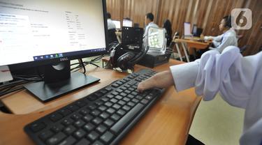Siswa Penyandang disabilitas saat mengikuti pelatihan desain grafis di Balai Besar Rehabilitasi Vokasional Bina Daksa (BBRVBD) Kementerian Sosial, Cibinong, Bogor, Kamis (30/1/2020). Setiap semesternya BBRVBD menampung lebih dari seratus penyandang disabilitas. (merdeka.com/Arie Basuki)