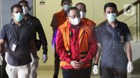 Bupati Musi Banyuasin periode 2017-2022, Dodi Reza Alex Nurdin (tengah) digiring petugas sesaat sebelum rilis penetapan dan penahanan tersangka di Gedung KPK Jakarta, Sabtu (13/10/2021). (Liputan6.com/Helmi Fithriansyah)