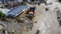 Rumah-rumah yang rusak akibat banjir meluap dari Sungai Ahr di Insul, Jerman barat, Kamis, 15 Juli 2021. (Foto AP/Michael Probst)