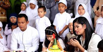 Memasuki usia ke-35, Annisa Pohan menggelar perayaan ulang tahun tersebut bersama Anak Yatim. Bersama suami dan anaknya, acara syukuran tersebut bernuansa putih. (Nurwahyunan/Bintang.com)