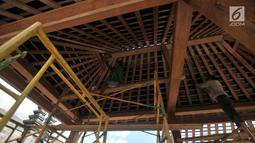 Pekerja memugar pendopo di kompleks Candi Cetho, Karanganyar, Jawa Tengah, Sabtu (25/8). Pemugaran pendopo di kompleks candi yang berada di ketinggian 1.496 MDPL itu menelan biaya Rp 520 juta. (Merdeka.com/Iqbal Nugroho)