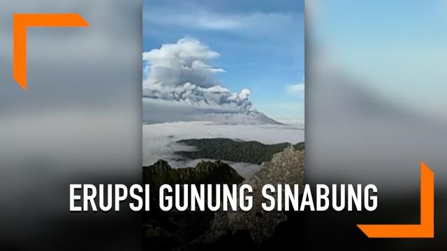 Rombongan pendaki Gunung Sibayak merekam detik-detik erupsi Gunung Sinabung. Gunung Sinabung mengeluarkan abu vulkanik setinggi 2000 meter pada 7 Mei 2019.