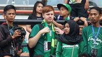 Youtuber Dave Jephcott (dua dari kiri) bersama krunya menyaksikan duel Persebaya vs Madura United di Stadion Gelora Bung Tomo, Surabaya, Rabu (3/4/2019). (Bola.com/Aditya Wany)