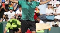 Roger Federer rayakan kemenangan atas Tomas Berdych pada perempat final Miami Open Jumat (31/3/2017) pagi WIB. (AP Photo/Wilfredo Lee)