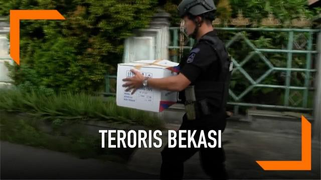 Tim Densus 88 Anti Teror kembali menggeledah toko ponsel di Bekasi utara yang menjadi lokasi penyimpanan bahan pembuat bom. Dalam pemeriksaan Densus 88 membawa sejumlah kardus yang diduga bahan pembuat bom.