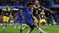 Winger Chelsea, Willian, saat coba melewati kawalan gelandang Southampton, Nathan Redmond, pada laga pekan ke-19 Premier League, di Stamford Bridge, Kamis (26/12/2019). The Blues takluk 0-2 dari Southampton. (AFP/Adrian Dennis)