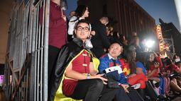 Sejumlah penggemar mengenakan kostum karakter film saat menghadiri pemutaran perdana Justice League di Dolby Theatre di Hollywood, California (13/11). (AFP Photo/Robyn Beck)