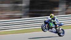 Pebalap MotoGP, Valentino Rossi, melakukan jumping wheelie saat latihan jelang GP Jerman di Sirkuit Sachsenring, Jerman. (AFP/Robert Michael)