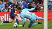 Bek Barcelona Jordi Alba (kiri) melepas tembakan ke gawang Valencia yang dijaga Neto pada partai La Liga di Camp Nou, Sabtu (14/4/2018). (AFP/Lluis Gene)