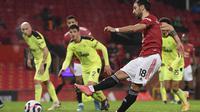 Bruno Fernandes mencetak gol ketiga Manchester United atau MU ke gawang Newcastle United melalui tendangan penalti dalam lanjutan Liga Inggris di Old Trafford, Senin (22/2/2021) dini hari WIB. (Stu Forster/Pool via AP)