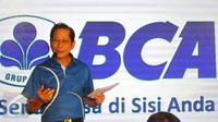 Presiden Direktur PT Bank Central Asia Tbk (BCA) Jahja Setiaatmadja memberi sambutan saat peluncuran produk dan layanan terbaru BCA dalam momentum ulang tahun ke-60 di BCA, Jakarta. Rabu (22/2). (Liputan6.com/Angga Yuniar)