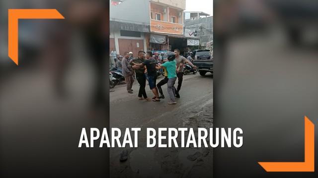 Akibat senggolan di jalan, seorang anggota TNI nekat bertarung melawan dua polisi di  Gunung Sitoli, Sumatera Utara.
