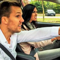 Wanita mengemudi mobil yang didampingi pria cenderung lebih sering kali merasa gugup dan panik. (Sky Insurance)