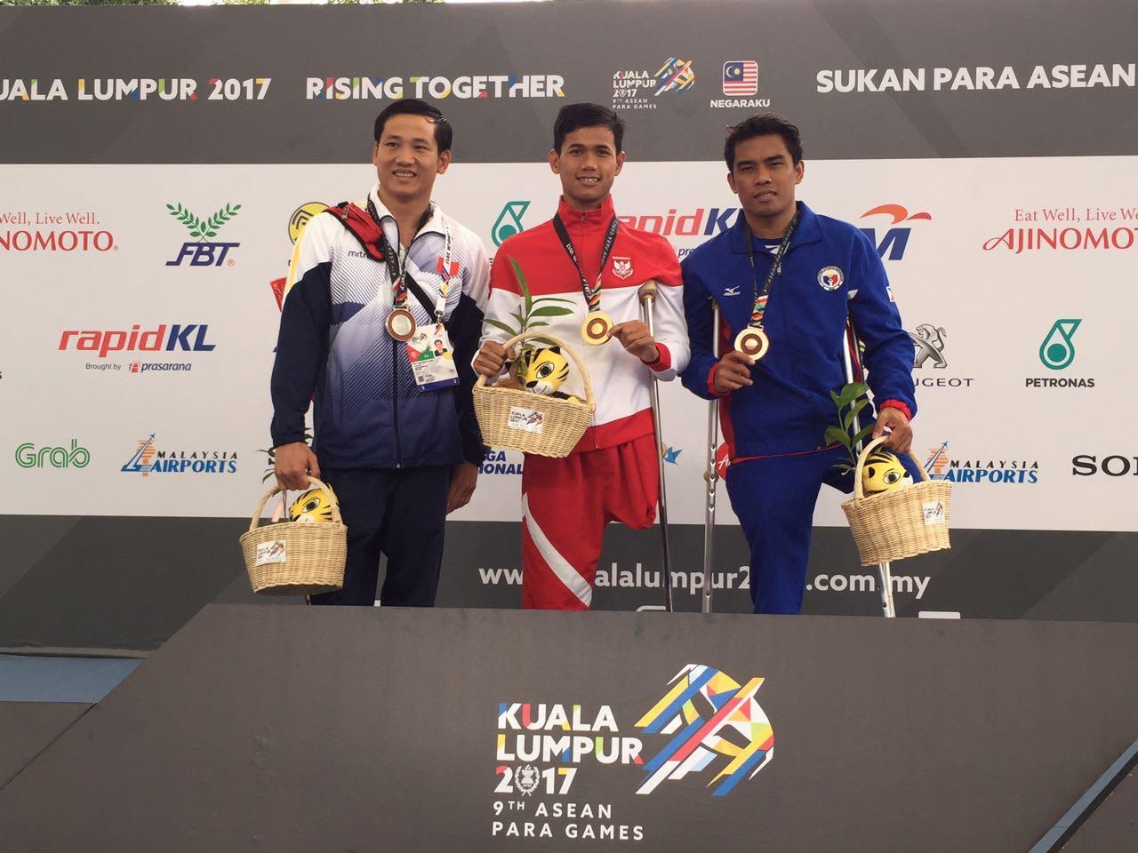 Perenang Indonesia, Jendi Panggabean (tengah), saat di podium ASEA Para Games 2017. (Istimewa)