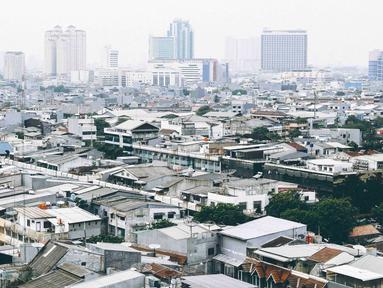 Pemandangan permukiman dan perkantoran dilihat dari kawasan Mangga Dua Jakarta, Kamis (8/11). Berdasarkan survei Euromonitor International, Jakarta akan menjadi kota paling padat di dunia pada 2030. (Liputan6.com/Immanuel Antonius)