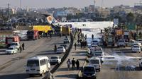 Pesawat penumpang Iran keluar dari landasan saat akan mendarat di Kota Bandar-e Mahshahr, Iran (27/1/2020).  (Mohammad Zarei/ISNA via AP)