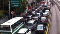 Lalu lintas pagi ini cenderung padat di depan ramai aktivitas seperti di depan Tamini Square dan Bundaran Pondok Indah.