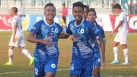 Pemain PSCS Cilacap, Syaiful Bahri (kiri) .merayakan gol yang dicetaknya ke gawang Persib B di Stadion Wijayakusuma, Cilacap, Minggu (23/6/2019) sore. (Bola.com/Vincentius Atmaja)