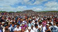 Sekitar 200.000 Rohingya berunjuk rasa di kamp pengungsian Bangladesh memperingati 'Hari Genosida'. (AFP)