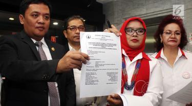 Advokat Cinta Tanah Air (ACTA) menunjukkan surat permohonan uji materi UU Informasi Teknologi Elektronik (ITE) di Mahkamah Konstitusi, Jakarta, Senin (18/9). Uji materi terkait banyaknya aktivis yang terjerat masalah hukum. (Liputan6.com/Angga Yuniar)