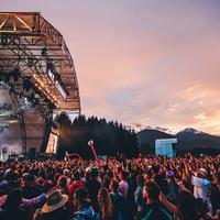 Meski lelah, menonton festival musik juga nggak kalah asyik dengan panggung tunggal biasa. (Sumber foto: