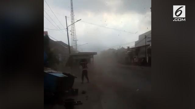 Angin puting beliung menerjang kawasan Kabupaten Cirebon. Akibatnya ratusan rumah rusak dan listrik putus.
