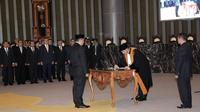 Ketua MA Hatta Ali menandatangani berkas pelantikan Perry Warjiyo sebagai Gubernur BI di Gedung Mahkamah Agung, Jakarta, Kamis (24/5). Perry resmi menjabat Gubernur BI menggantikan Agus Martowardojo. (Merdeka.com/Iqbal Nugroho)