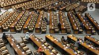 Anggota dewan mengikuti Rapat Paripurna Penutupan Masa Sidang II yang digelar secara virtual maupun fisik di Gedung Nusantara II, Jakarta, Jumat (11/12/2020). Ketua DPR Puan Maharani menyampaikan beberapa hal terkait kinerja DPR mengenai Prolegnas Prioritas 2021. (Liputan6.com/Johan Tallo)