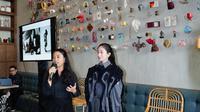 Desainer muda Indonesia, Kelly Valerie menerangkan busana rancangannya yang berhasil menyabet juara 1 ajang Harper's Bazaar Asia NewGen Fashion Award (ANFA) 2019. (dok. Harper's Bazaar/Dinny Mutiah)