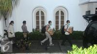 Penyidik KPK membawa kardus usai menggeledah rumah pribadi Gubernur Sulawesi Tenggara Nur Alam di Kuningan, Jakarta, Selasa (23/8). Penggeledahan ini dimulai pada pukul 14.00 WIB dan selesai pada pukul 17.40 WIB. (Liputan6.com/Helmi Afandi)